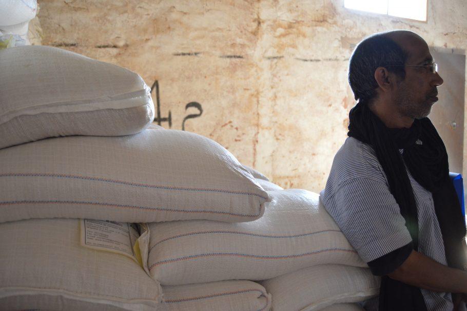 Ayuda alimentaria en un almacén del campamento de refugiado saharaui.