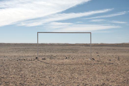 Portería situada en el desierto de Argelia, donde están ubicados los campamentos de refugiados saharauis. Simboliza el abandono que sufre el pueblo saharaui por parte de la comunidad internacional